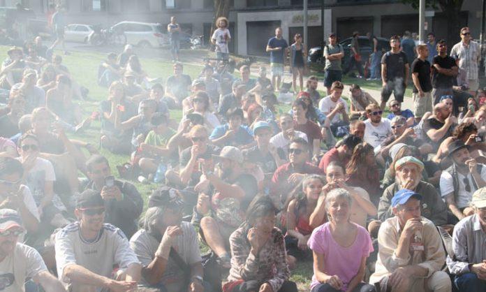 Kiffende Menschenmenge