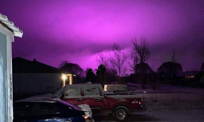 Ein violett ausgeleuchteter Nachthimmel
