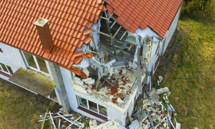 Haus mit stark beschädigtem Dach