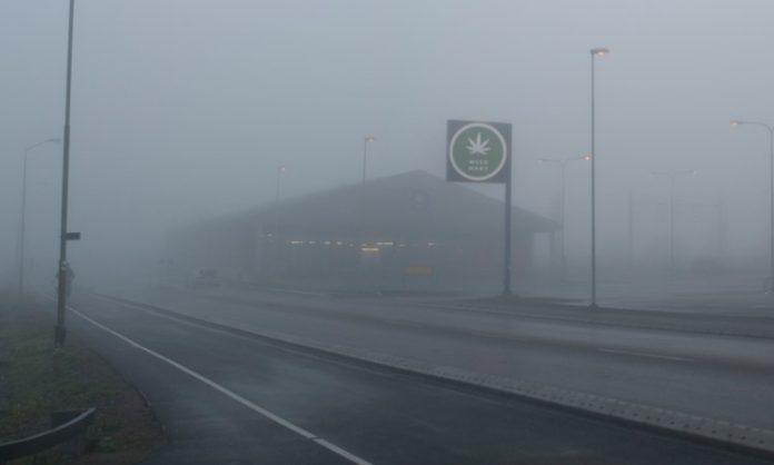Ein Supermarkt-Parkplatz, eingehüllt in dichten Nebel