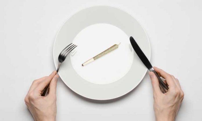 Ein Joint liegt auf dem Teller