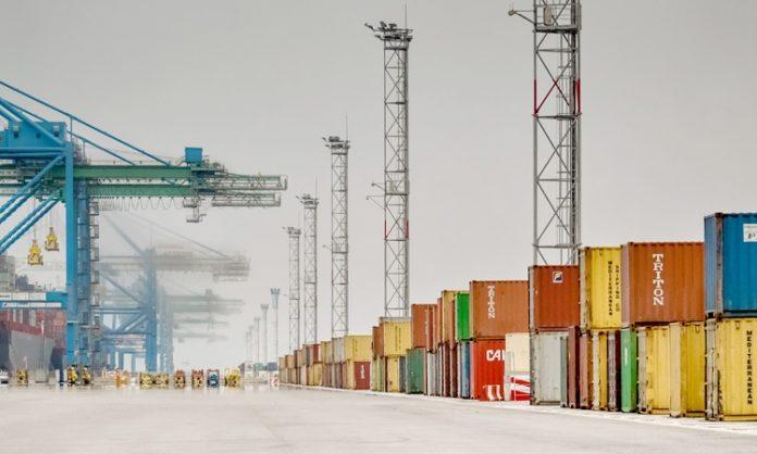 Fracht-Hafen mit Kränen und bunten Containern