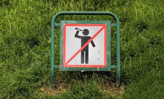 Schild, das den Konsum von Alkohol verbietet