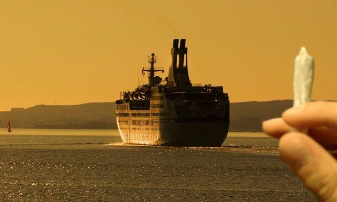 Ein Kreuzfahrtschiff lässt einen Jointraucher zurück an Land