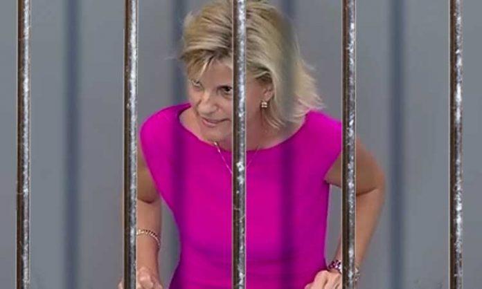 Daniela Ludwig hinter Gitterstäben