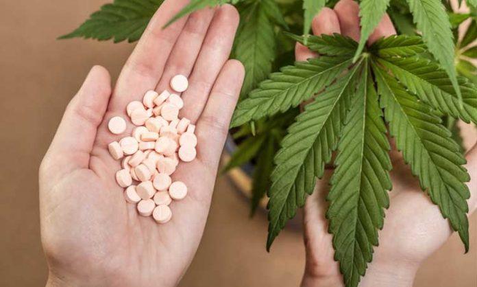Zwei Hände: eine hält Pillen, die andere ein Cannabisblatt