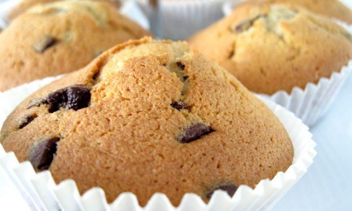 Drei Muffins mit Schokostücken