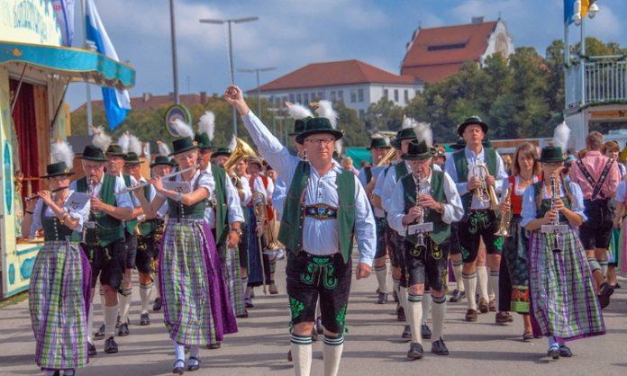 Ein Trachtenumzug auf dem Münchener Oktoberfest