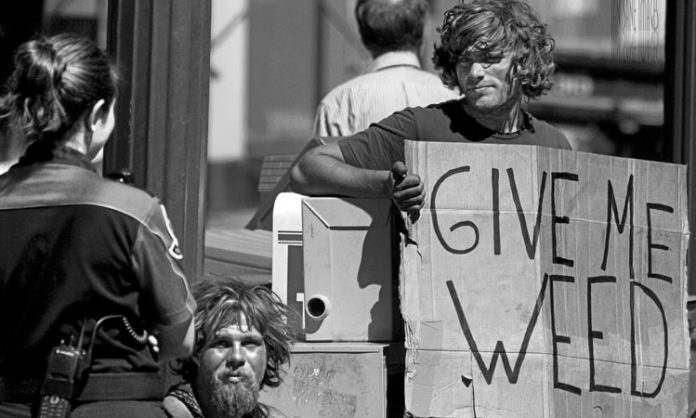 Zwei Obdachlose betteln nach Cannabis