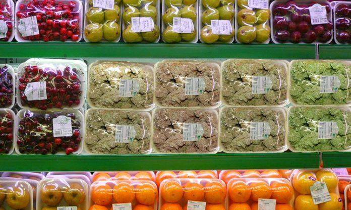 Fotomontage: Supermarktregal mit verschweißtem Marihuana