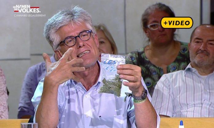Toni Straka, Obmann des Hanf-Instituts, hält ein Tütchen Marihuana hoch