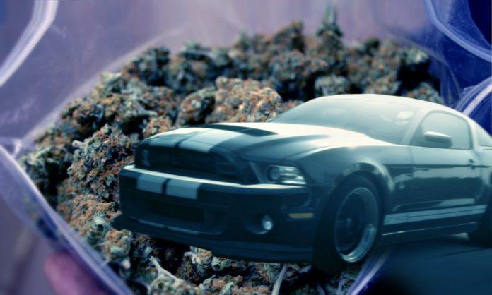 Fotomontage: eine große Tüte mit Marihuana, ein schwarzer Sportwagen