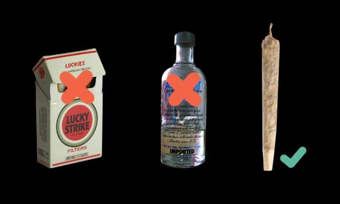 Fotomontage: eine Zigarettenschachtel, eine Flasche Wodka, ein Joint