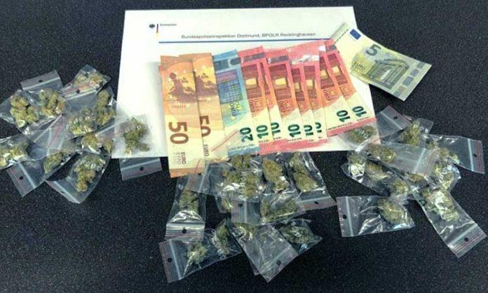 Zahlreiche Geldscheine und Marihuana-Tütchen
