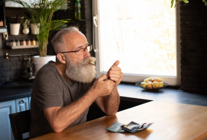 Ein älterer Mann zündet sich einen Joint an