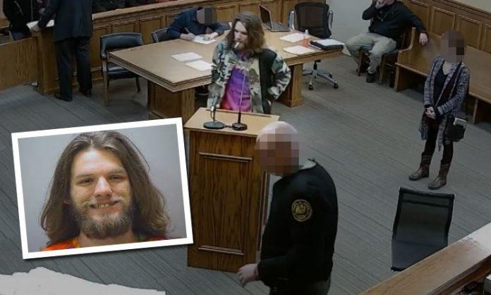 Ein Angeklagter kifft vor Gericht