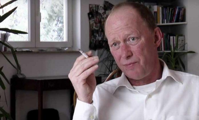 Richter Andreas Müller mit Zigarette