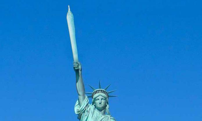 Fotomontage: New Yorker Freiheitsstatue hält Joint hoch