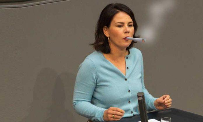 Annalena Baerbock kiffend im Bundestag